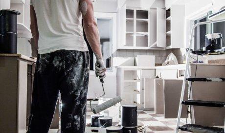 Entreprise spécialisée dans la pose et l'installation de revêtements muraux dans une maison à étages à Montpellier