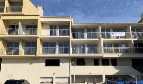 Rénovation d''un immeuble avec façade, peinture des murs et pose des sols à Agde